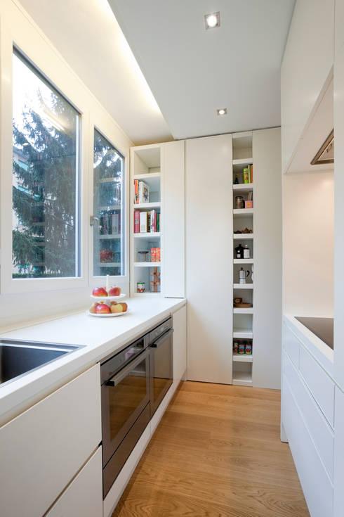 Ristrutturazione appartamento per un fotografo: Cucina in stile  di Studio RBA