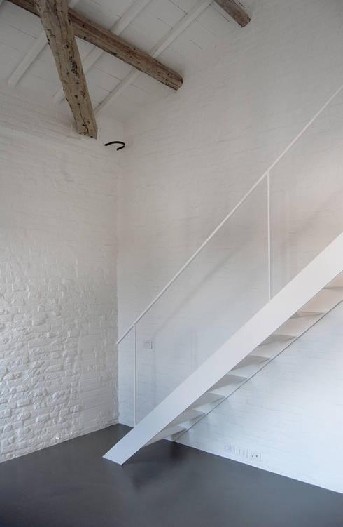 Favela Chic: Ingresso & Corridoio in stile  di Bertolone+Plazzogna Architetti