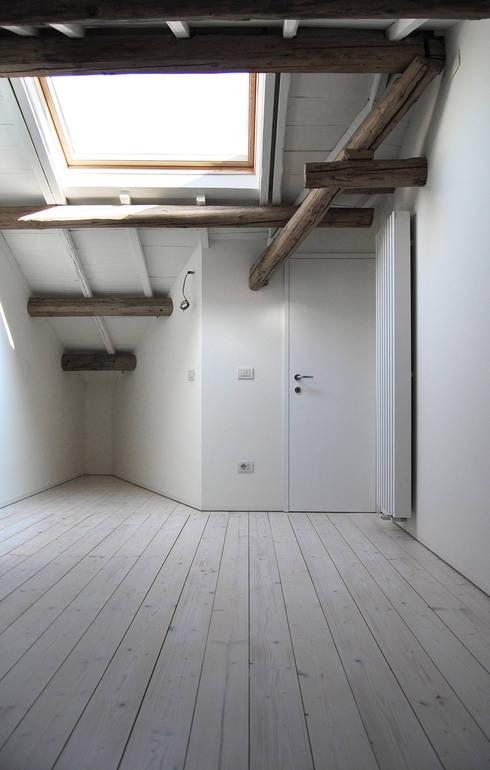 Favela Chic: Camera da letto in stile  di Bertolone+Plazzogna Architetti