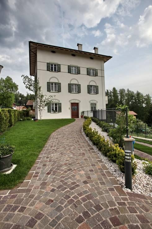 il vialetto in porfido d'accesso: Case in stile in stile Moderno di luca pedrotti architetto