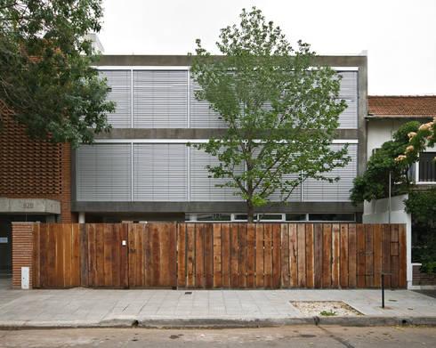 Casa Acassuso: Casas de estilo clásico por moarqs
