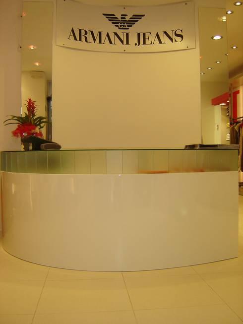 """""""Miura"""" Armani Dealer: Negozi & Locali commerciali in stile  di LB Design e Allestimenti"""