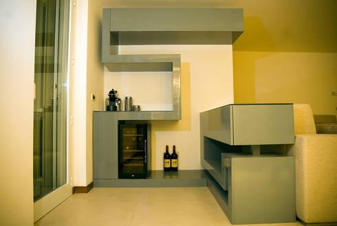 Zig Zag : Soggiorno in stile in stile Moderno di LB Design e Allestimenti