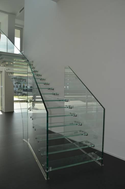 Ingresso, Corridoio & Scale in stile  di Siller Treppen/Stairs/Scale