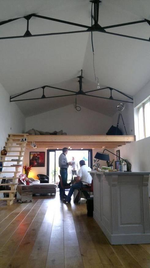Loft AC/DC: Salon de style  par Allegre + Bonandrini architectes DPLG
