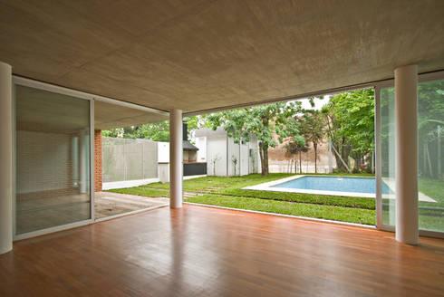 Vista desde el estar hacia el jardin. : Livings de estilo clásico por moarqs