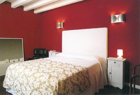 Super Attico: Camera da letto in stile in stile Eclettico di Studio Barbi Ranzetti