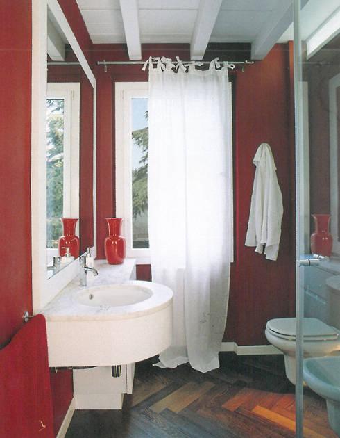 Super Attico: Bagno in stile in stile Eclettico di Studio Barbi Ranzetti