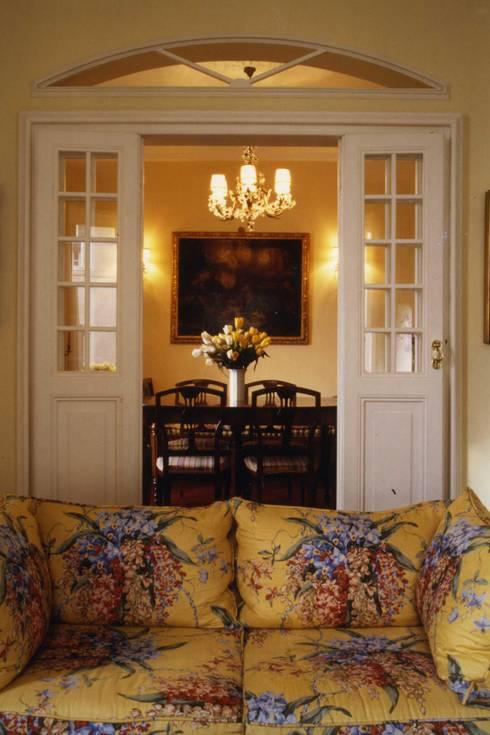 CASTELLETTO: Sala da pranzo in stile in stile Classico di Studio Messori