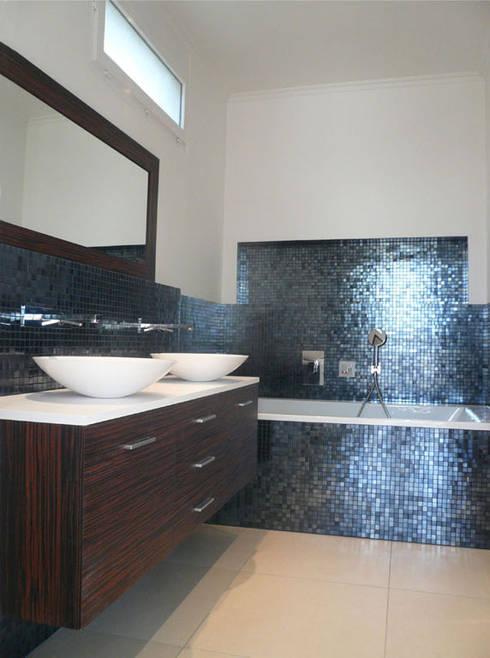 Vue intégrale de la salle de bain de Vacresson: Salle de bains de style  par Delphine Gaillard Decoration