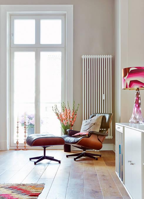 Projekt Altbauwohnung Harvestehude :  Wohnzimmer von decorazioni