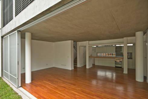 Comedor y sala de estar: Livings de estilo clásico por moarqs