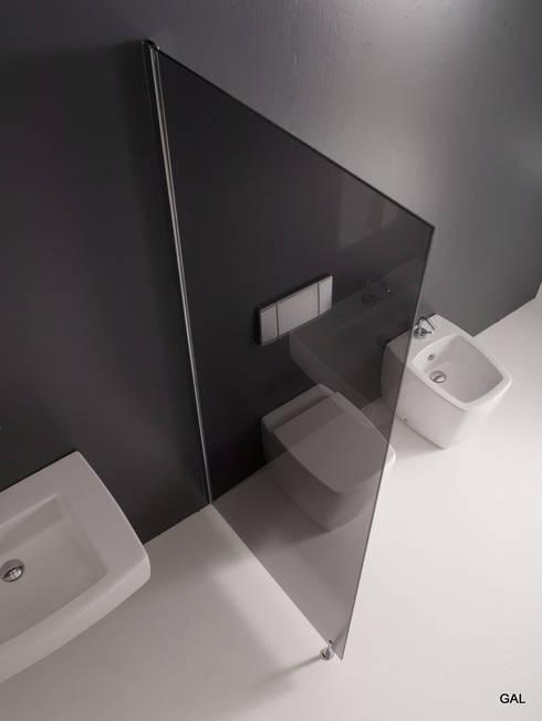 Separatore in cristallo grigio fumè_modello ALEKOS: Bagno in stile in stile Moderno di GAL srl