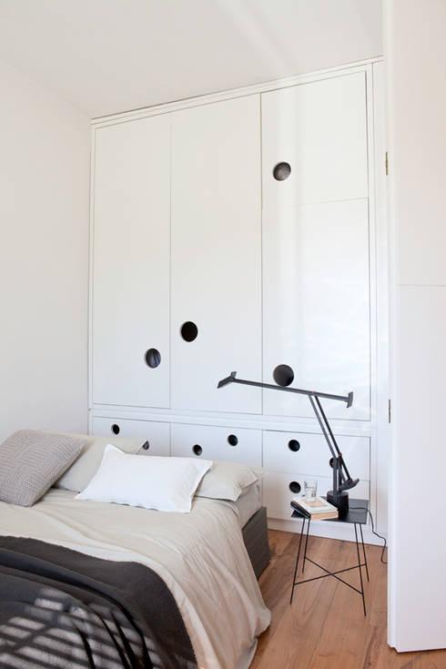 Renovation in Pigneto neighborhood in Rome.: Camera da letto in stile  di Studio Cassiani