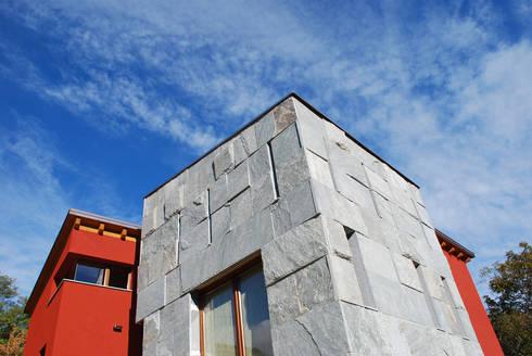 Villa Bi: Case in stile in stile Moderno di Archisbang
