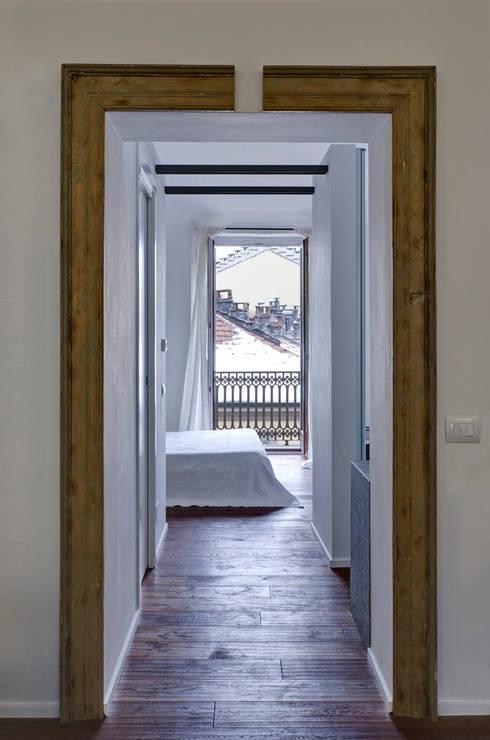 Twice A: Ingresso & Corridoio in stile  di Archisbang