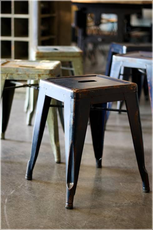 Möbel/Tolix Hocker Vintage.:  Wohnzimmer von func. functional furniture