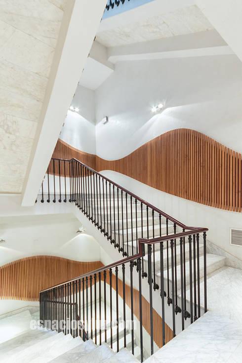 Escaleras: Pasillos y vestíbulos de estilo  de Espacios y Luz Fotografía
