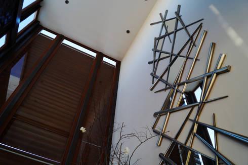 Casa Misión: Pasillos y recibidores de estilo  por Metrik Studio