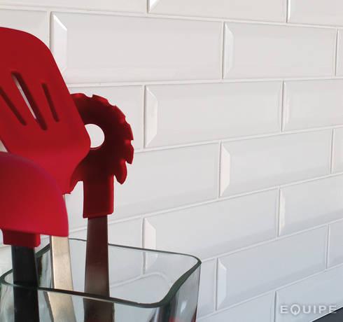 Metro White 7,5x30: Cocinas de estilo moderno de Equipe Ceramicas