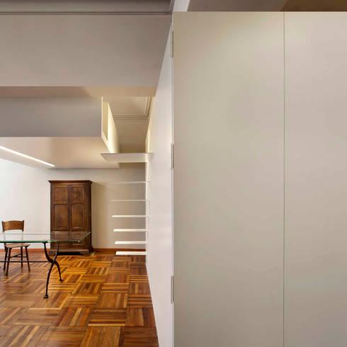 sospeso: Ingresso, Corridoio & Scale in stile in stile Moderno di studioata