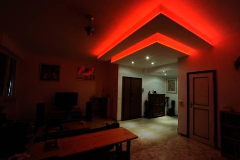 RGB Celing: Sala da pranzo in stile  di LB Design e Allestimenti