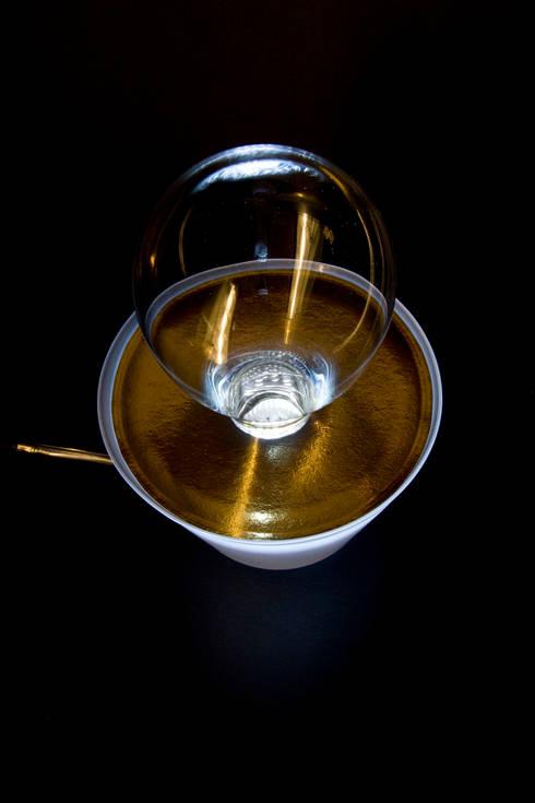 Led-pot: Camera da letto in stile in stile Industriale di Luca Centofante Design Studio