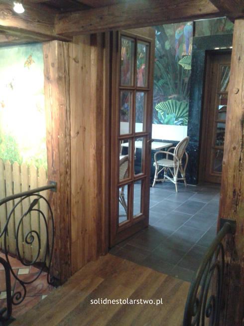 Drzwi drewniane, ręcznie rzeźbione: styl klasyczne, w kategorii Okna i drzwi zaprojektowany przez Zakład Stolarski Robert Latawiec
