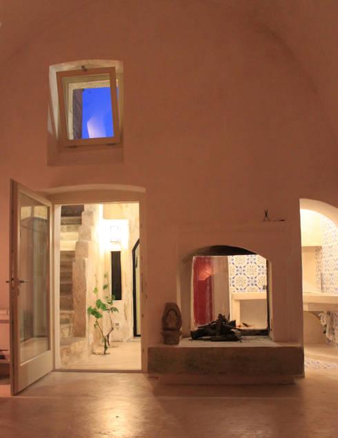 Via Chiesa 5: Soggiorno in stile  di Studio Ricciardi Architetti