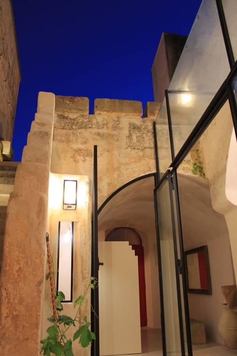 Via Chiesa 5: Case in stile in stile Mediterraneo di Studio Ricciardi Architetti