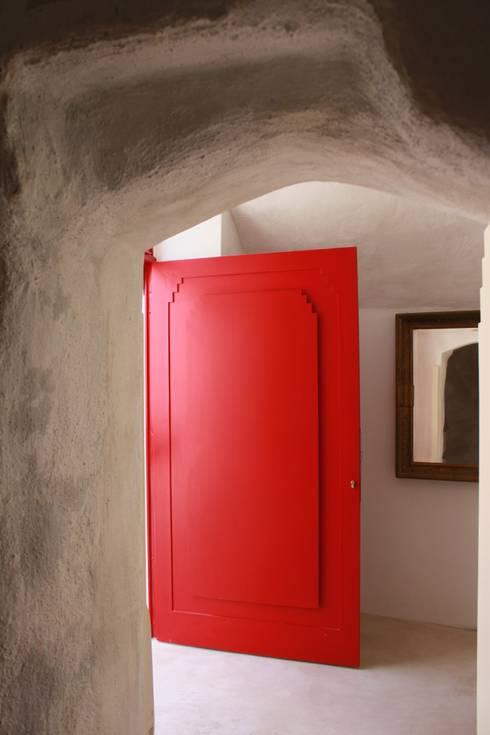 Via Chiesa 5: Finestre & Porte in stile in stile Mediterraneo di Studio Ricciardi Architetti
