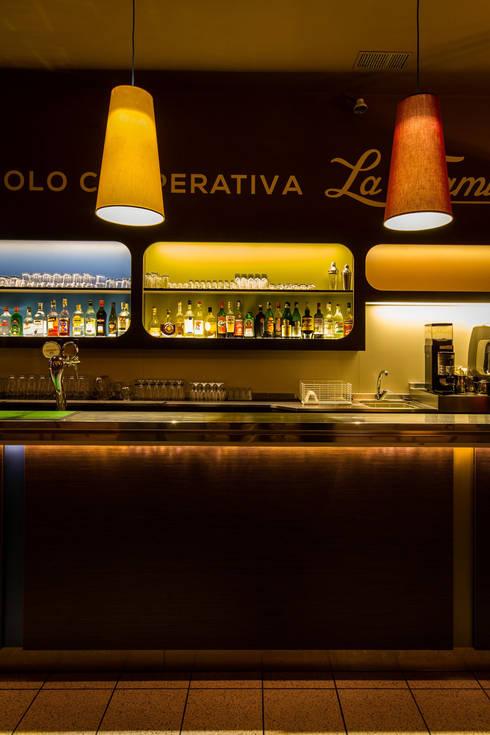 CIRCOLO COOPERATIVA <q>THE FAMILY</q> dal 1900: Sala da pranzo in stile in stile Eclettico di davide pavanello _ spazi forme segni visioni