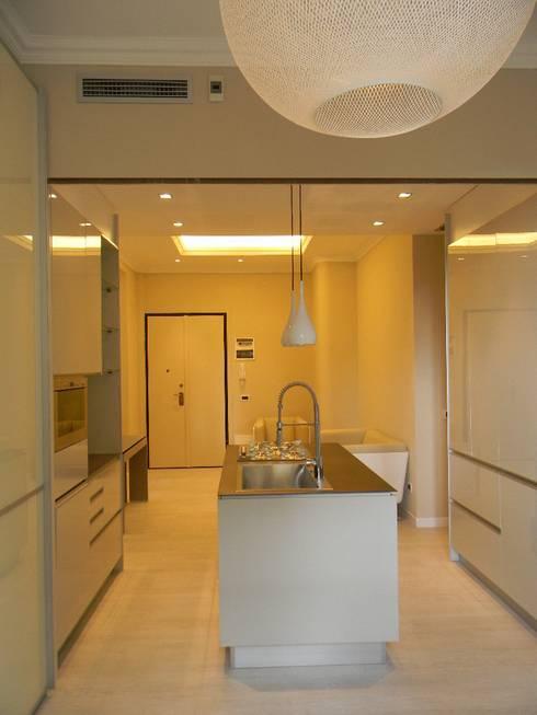 Casa B: Cucina in stile in stile Moderno di Alpestudio