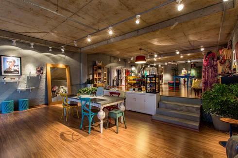 Mobiliário Colorido: Espaços comerciais  por Bruno Sgrillo Arquitetura
