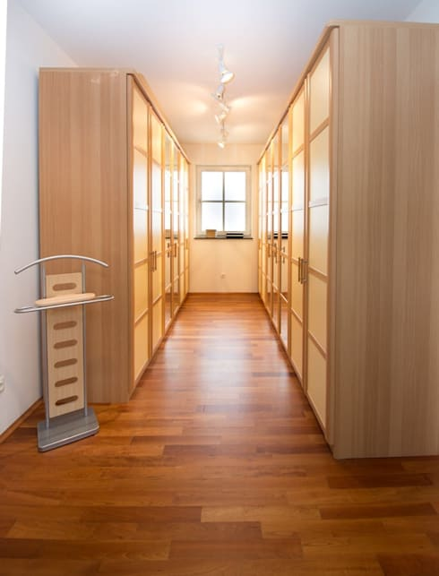 modern Dressing room by Luna Homestaging