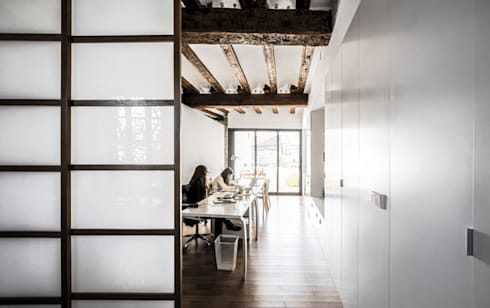 rehabilitación de vivienda en el carmen: Estudios y despachos de estilo moderno de versea arquitectura