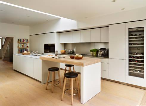 Pure elegance: modern Kitchen by Kitchen Architecture