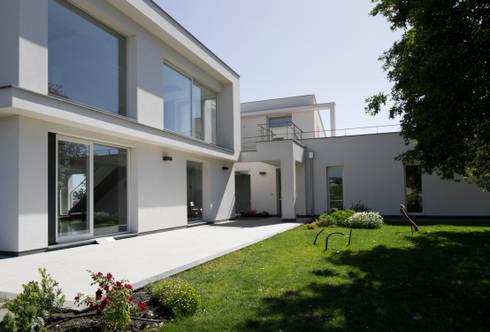 casa A: Giardino in stile in stile Moderno di grecoarchitetture