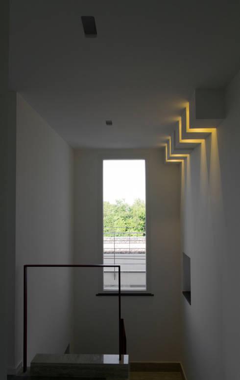 casa A: Ingresso & Corridoio in stile  di grecoarchitetture