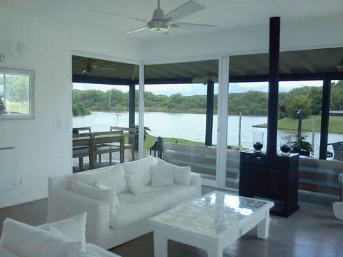 Casa en el Delta: Livings de estilo moderno por 2424 ARQUITECTURA