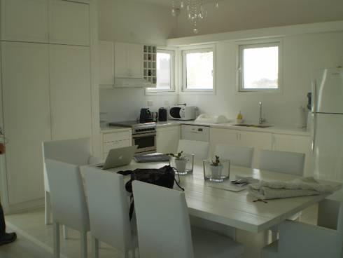 Casa en el Delta: Cocinas de estilo moderno por 2424 ARQUITECTURA