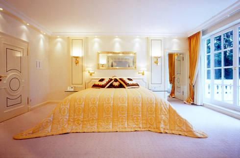 Villa in Monaco: Camera da letto in stile  di Scultura & Design S.r.l.