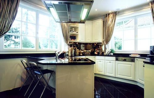 Villa in Monaco: Cucina in stile  di Scultura & Design S.r.l.