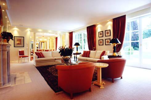 Villa in Monaco: Soggiorno in stile  di Scultura & Design S.r.l.