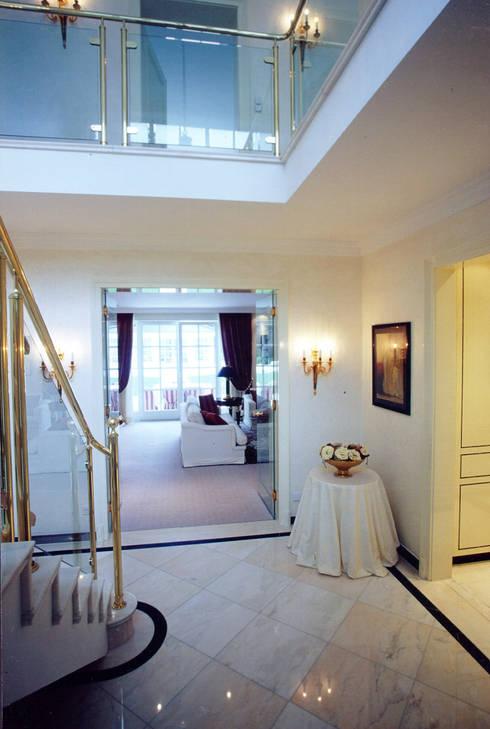 Villa in Monaco: Ingresso & Corridoio in stile  di Scultura & Design S.r.l.