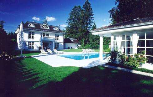 Villa in Monaco: Piscina in stile  di Scultura & Design S.r.l.