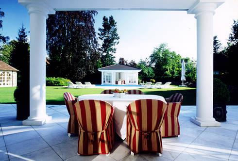 Villa in Monaco: Terrazza in stile  di Scultura & Design S.r.l.
