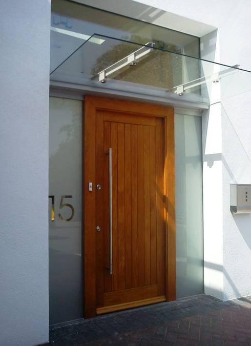 Casas de estilo  por IQ Glass UK