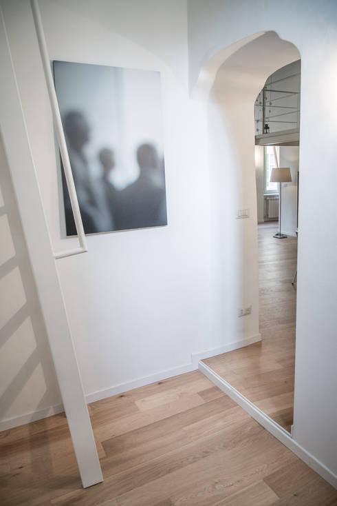 via delle Orfane: Ingresso & Corridoio in stile  di con3studio