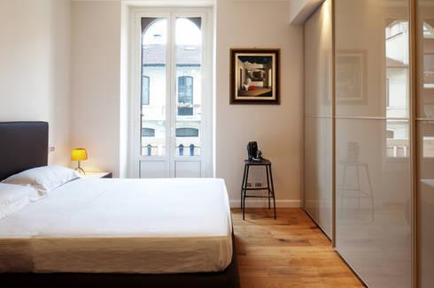 camera: Camera da letto in stile in stile Moderno di marta novarini architetto